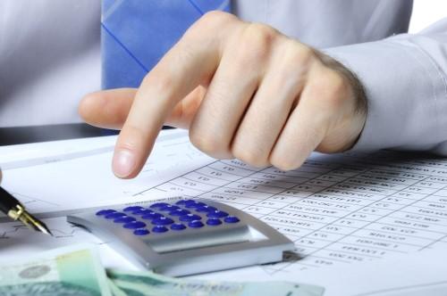 אדם מחשב עמלה של הלוואה בכרטיס אשראי