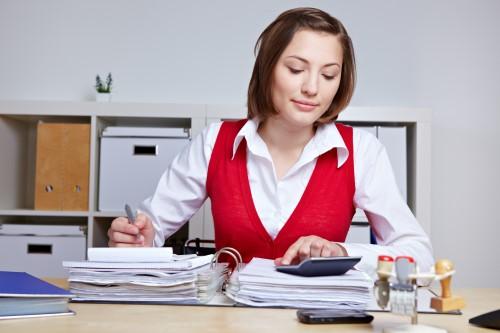 אשה מחשבת עמלה של הלוואה בכרטיס אשראי