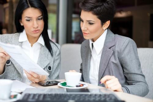 ישיבה בין שתי נשות עסקים - ישיבה לגבי מימון ליסינג
