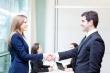 אנשים לוחצים ידיים לאחר חתימה על הלוואה מקרן