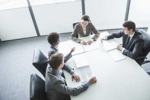 ישיבת מנהלים לגבי לקיחת הלוואה לעסק