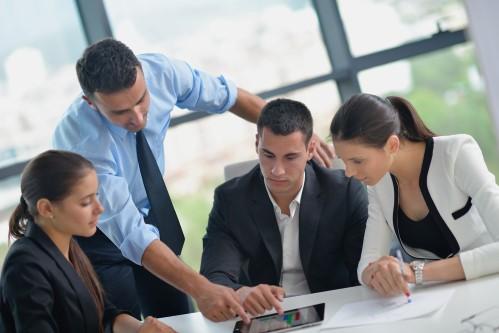 ישיבה עם ארבעה אנשים אשר בוחרים את מסלול המשכנתא