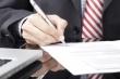 איש עסקים חותם על הלוואה