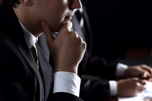 איש עסקים חושב מה לעשות לגבי שיקים חוזרים