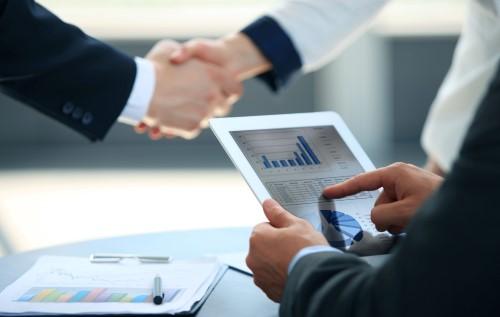 לחיצת יד בתום פגישה לגבי מתן אשראי בנקאי לעסקים