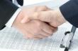 שני אנשי עסקים סוגרים עסקה בנוגע למימון הקמת מערכת סולארית
