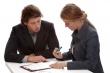 אשה ממלאת טופס לבקשת הלוואה