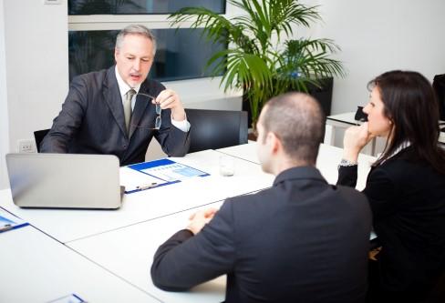 ישיבה בין הבנק לעסק קטן לגבי הלוואה