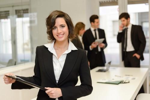 אשת עסקים מחזיקה את הטופס של הלסיניג