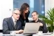 בעלי עסקים יושבים על הלוואת גישור לעסקים