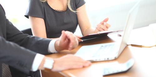 ישיבה בין שני אנשי עסקים לגבי ליסינג תפעולי פרטי