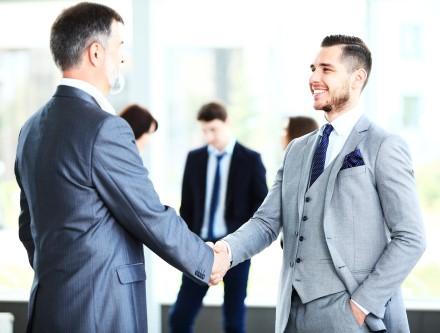 לחיצת יד על סגירת הלוואה