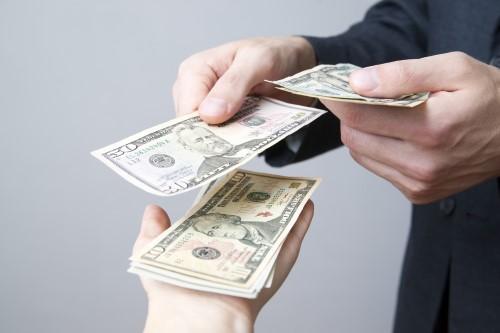 אדם מקבל כסף מהלוואה