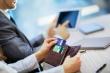 אשה מחזיקה כרטיס אשראי ולוקחת דרכו הלוואה