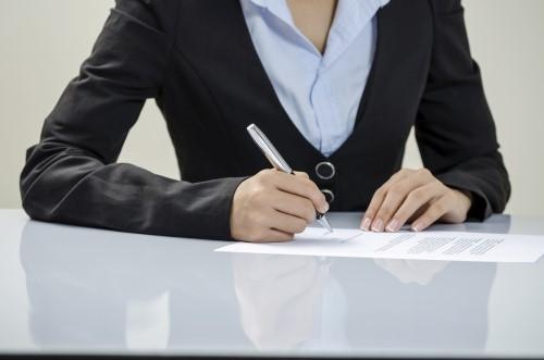 אישה חותמת על הסכם