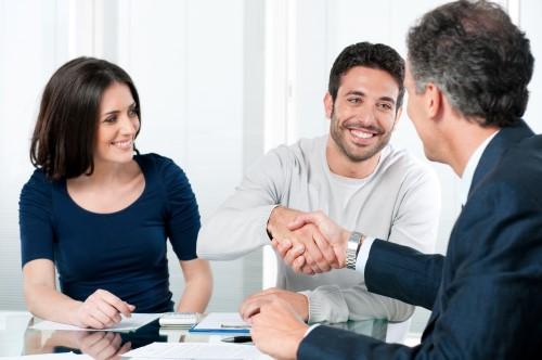 זוג בפגישה עם יועץ מקרן מימון