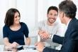 זוג בפגישה הנוגעת לקבלת הלוואה מקרן מימון