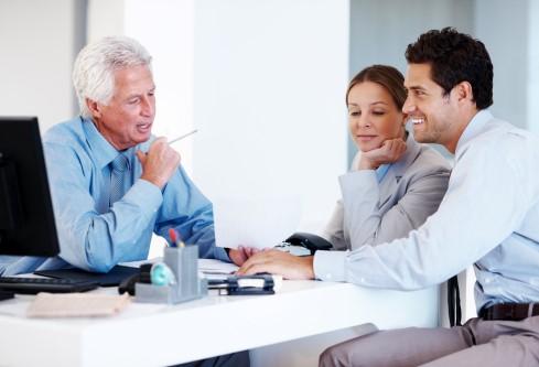 אנשים בודקים אופציה של הלוואה