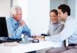 יועץ עסקי בפגישה עם זוג שרוצה לקבל הלוואה מקרן
