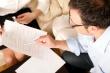 אנשים בודקים מסמכים של הלוואה