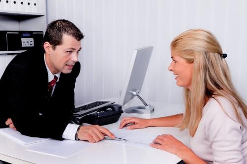 אשה בפגישת ייעוץ לצורך קבלת הלוואה חוץ בנקאית