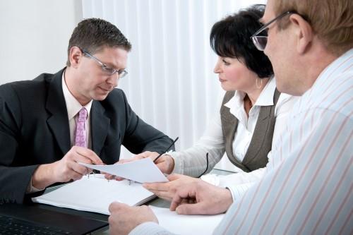 אנשי עסקים בפגישה הנוגעת לקבלת הלוואה מקרן נס