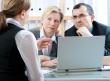 סוכנת ביטוח מסבירה לזוג על הלוואה דרך חברת ביטוח