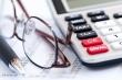 מחשבון, משקפיים ומסמכים - בדיקת אפשרויות לקבלת הלוואה