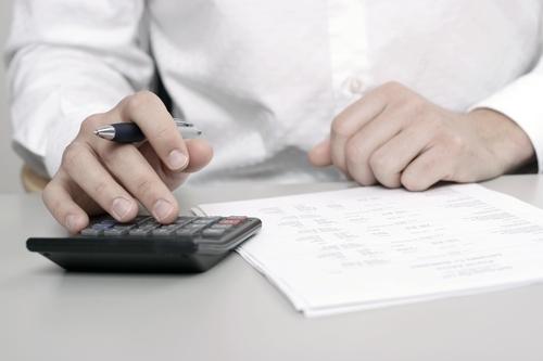 אדם בודק אופציות של הלוואה בנקאית ולא בנקאית