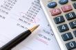 מחשבון ודף עם חישובים לצורך קבלת הלוואה