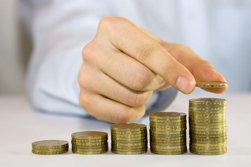 אדם סופר מטבעות של כסף