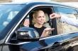 אישה מקבלת רכב בליסינג תפעולי פרטי