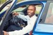 אדם מקבל רכב בליסינג
