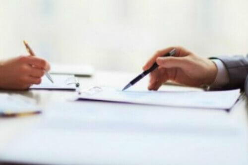 שני אנשים חותמים על טופס הלוואה לשיפוץ דירה