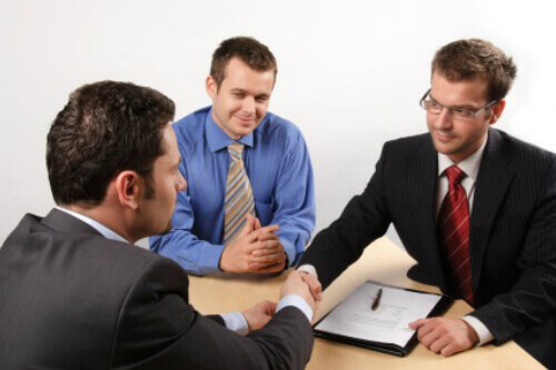 פגישת אנשי עסקים להלוואה חוץ בנקאית