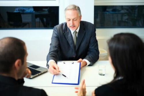 פגישה עסקית לצורך חתימה על הלוואה מקופת גמל